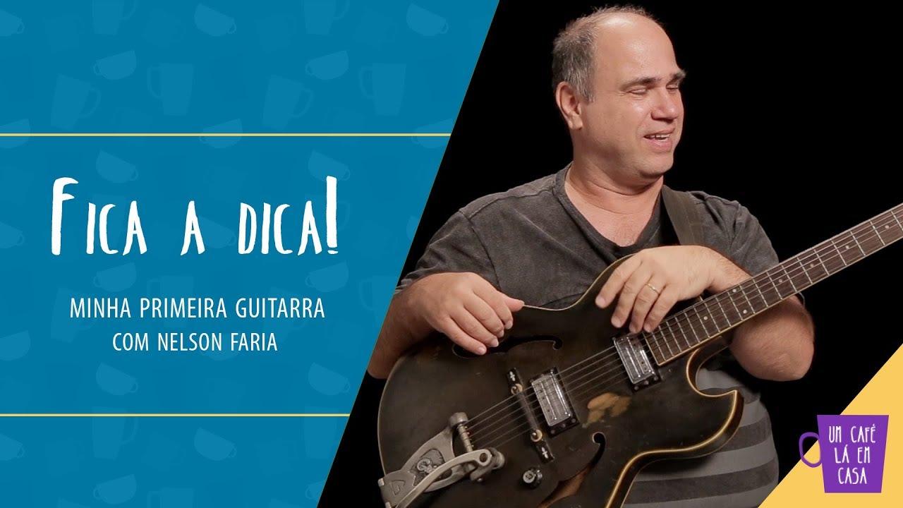 """Nelson Faria segura sua guitarra Guild Star Fire III com título """"Fica a Dica! Minha primeira guitarra com Nelson Faria"""""""